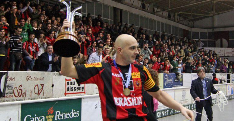 Jordi Garcia, en una imatge d'arxiu, aixecant la Copa Intercontinental amb la samarreta del Reus Deportiu.