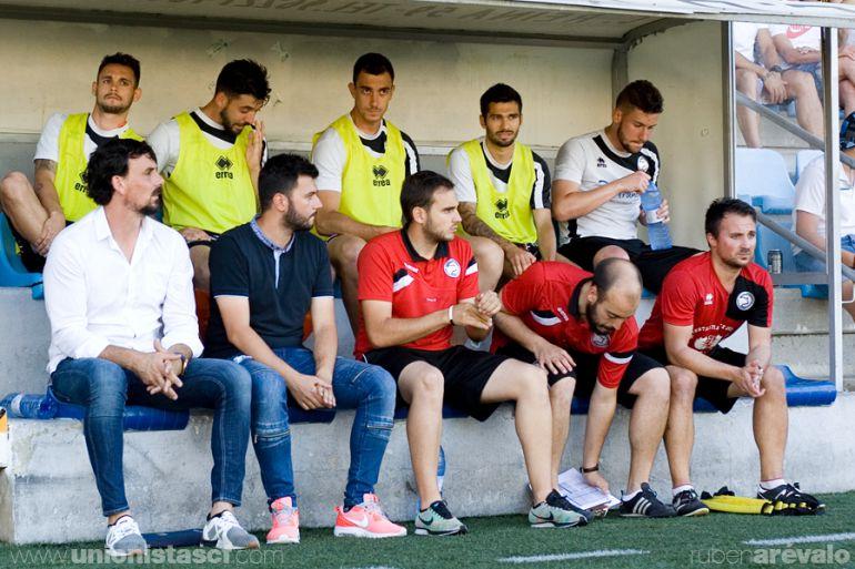 Cuerpo técnico y jugadores, en el banquillo de La Murta.