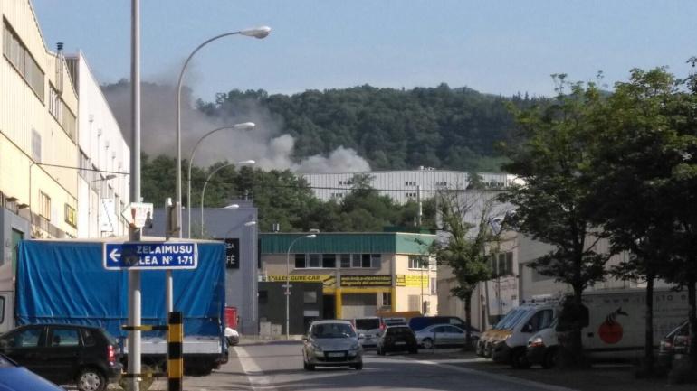 Imagen del incendio declarado en el Polígono Ugaldetxo.