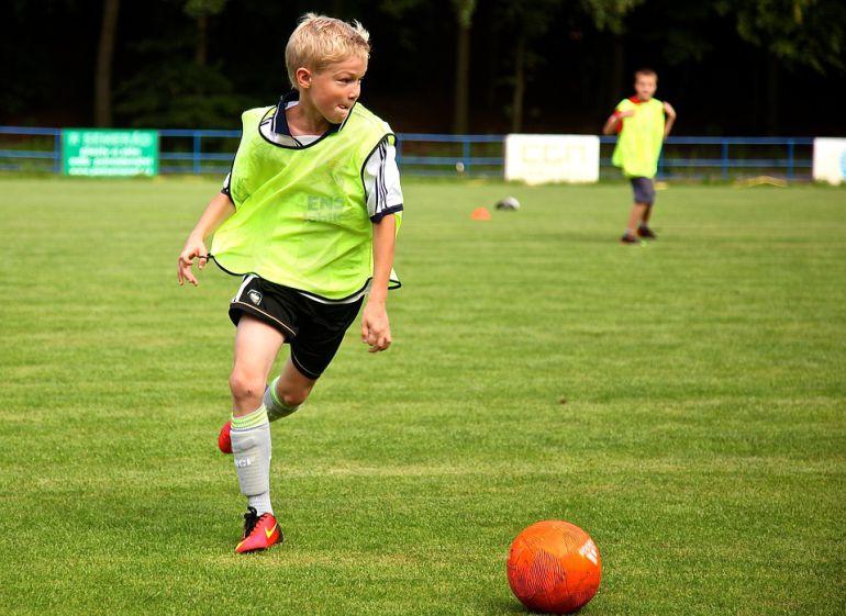 Un niño, durante un entrenamiento de fútbol en una imagen de archivo.