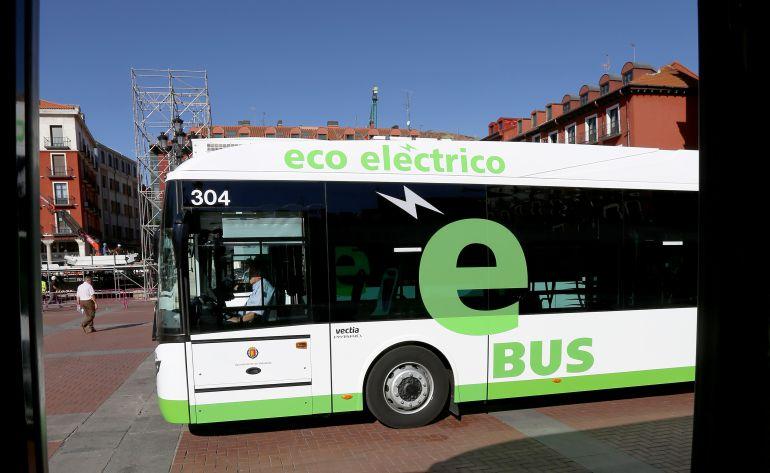 Un autobús urbano circula por el centro de Valladolid
