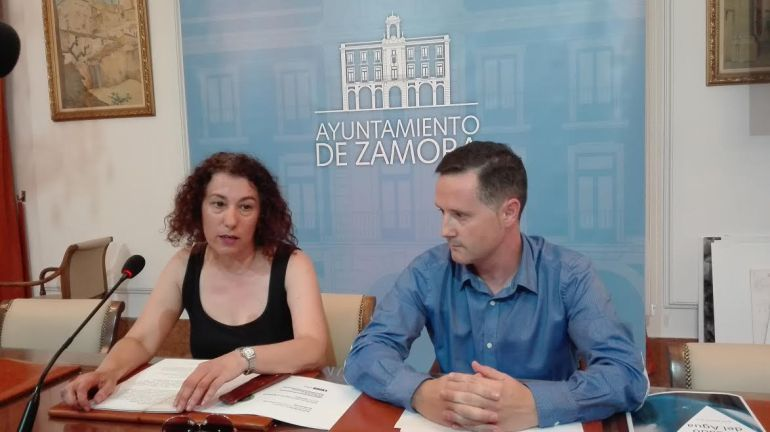 Maria Jose Gonzalez, Concejala de Servicios Sociañes, y Nicolás Esmoris en rueda de prensa