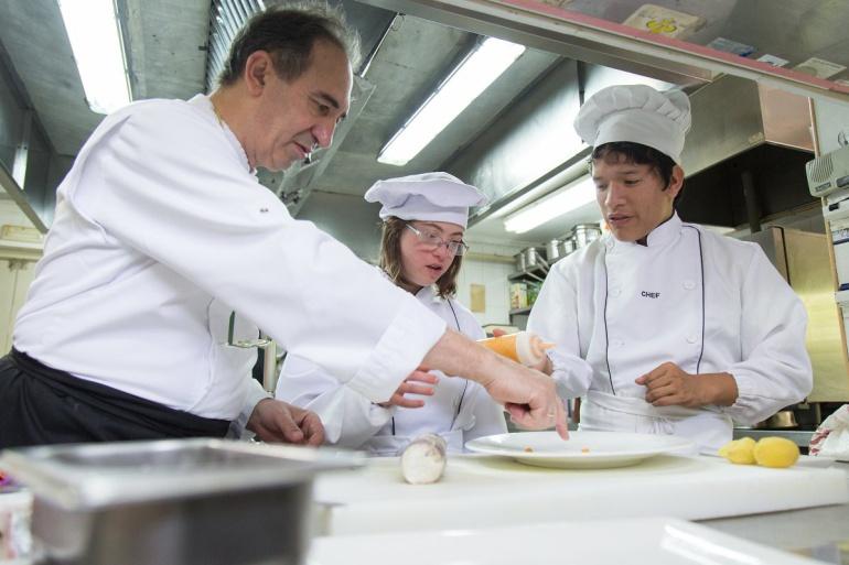 """Los chefs del """"Club Inclucina"""" demuestran su habilidad"""