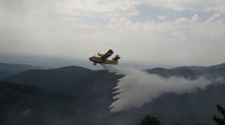 Imagen de un hidroavión descargando sobre el incendio de El Hornillo