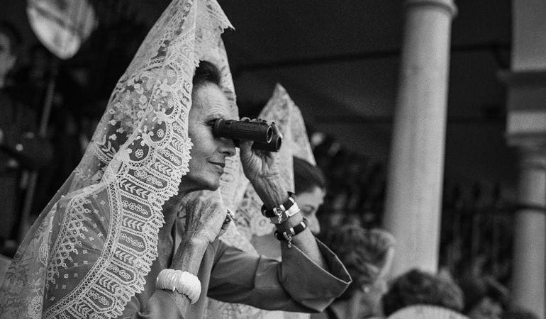Las imágenes en blanco y negro de Aitor Lara nos muestran la sociedad alrededor de la Maestranza desde su singular punto de vista