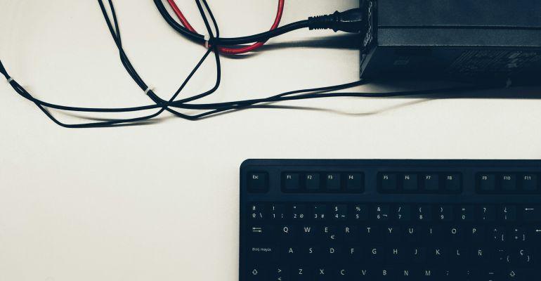Teclado y conexiones con un ordenador