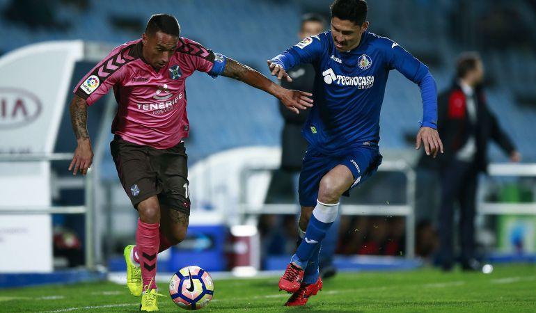 Suso (i) del C.D. Tenerife y Alejandro Faurlin del Getafe C.F. luchan por un balón durante el partido disputado el 12 de marzo en el Coliseum,