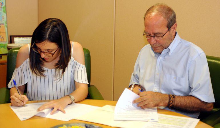 El alcalde de Fuenlabrada y la presidenta del Consejo de la Juventud firman un convenio de colaboración.