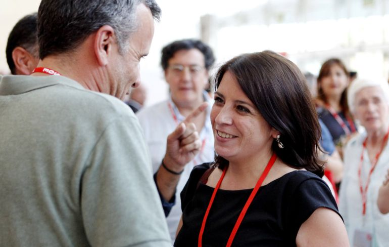 La vicesecretaria general socialista, Adriana Lastra, habla con Ignacio López durante el Congreso Federal del PSOE, a la espera del plenario de esta noche