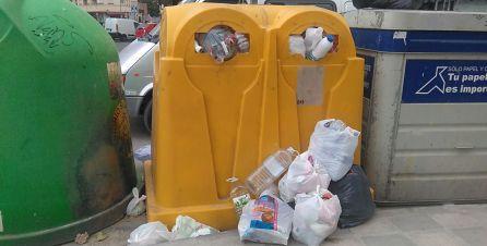 Otro contenedor donde rebosan los envases