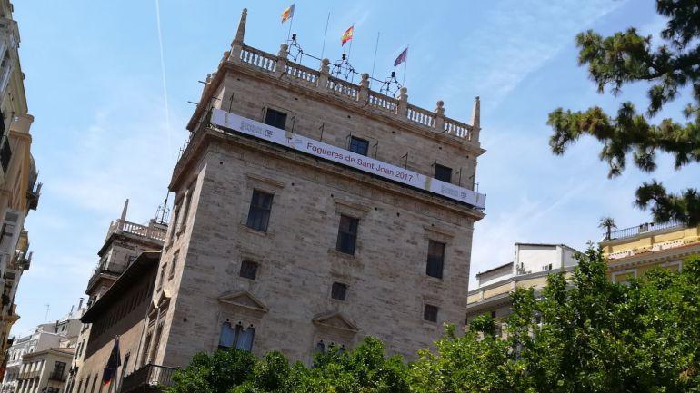 Cartel promocionando la fiesta de Fogueres de Alicante en la fachada del Palau de la Generalitat