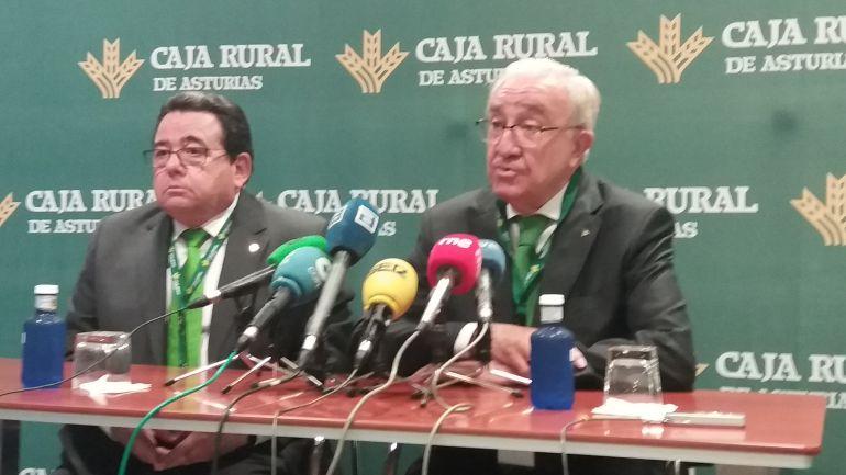El presidente de Caja Rural de Asturias, José Mª Quirós (dcha), y el director general de la entidad, Fernando Martínez (izqua,) durante la rueda de prensa previa a la asamblea de socios.