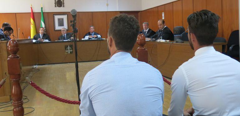 Los dos acusados ante el tribunal de la sección tercera de la Audiencia Provincial de Cádiz