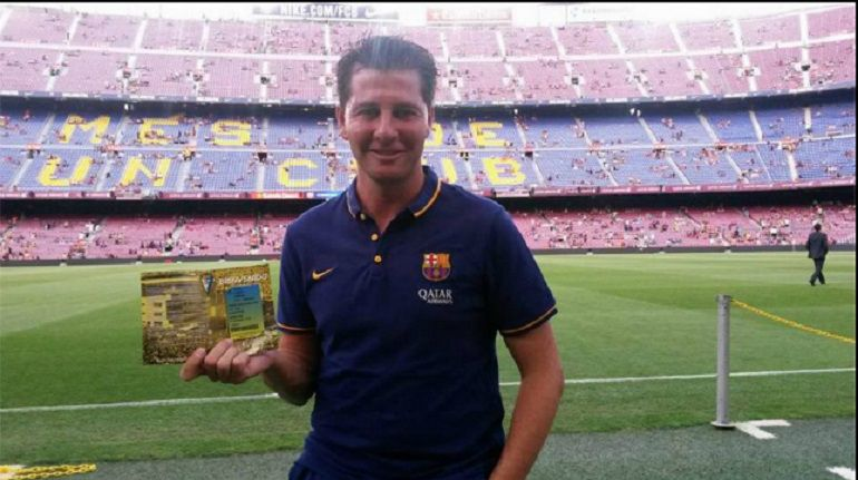 Jesus Casas enseña su carnet de socio en el Camp Nou