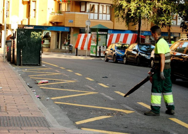 Un operario de la Mancomunidad de Debabarrena limpia la calle Fermín Calbetón de Eibar