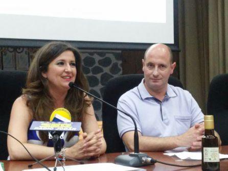 Momento de la intervención de la delegada de Educación, Yolanda Caballero, en presencia del alcalde de Jódar José Luis HIdalgo