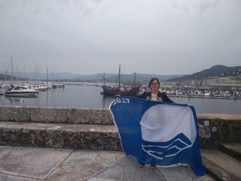 La concelleira de Medio Ambiente de Burela, Noelia Mª Ben acudía este lunes a Baiona para recoger las banderas azules que ondearán en la localidad