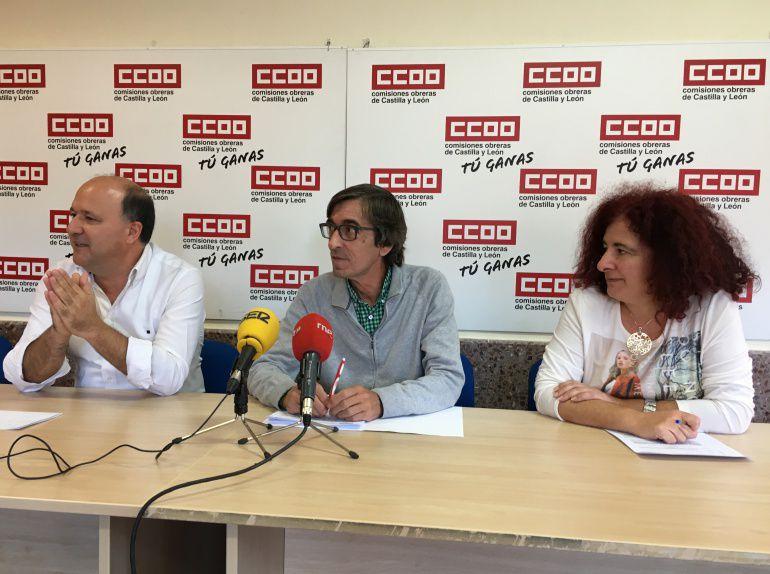 En el centro de la imagen, el secretario provincial de CC OO, Luis González