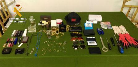Algunos de los efectos robados y recuperados por la Guardia Civil.