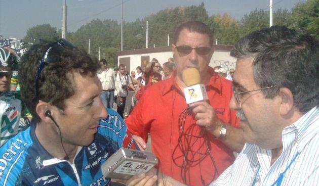 Roberto Heras entrevistado por José Vicente Ávila en la llegada de la Vuelta en 2000.