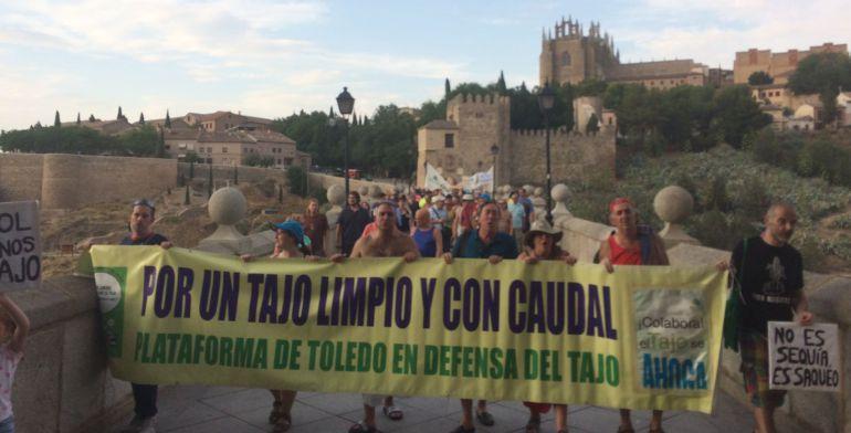 Cientos de toledanos protestan por el estado del río Tajo a su paso por la ciudad