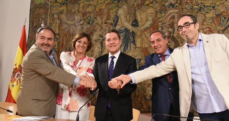 De izquierda a derecha Carlos Pedrosa de UGT, Patricia Franco, consejera de Empleo, Emilianoi García-Page, presidente de Castilla-La Mancha, Ángel Nicolás, presidente de CECAM y Paco de la Rosa de CC.OO.