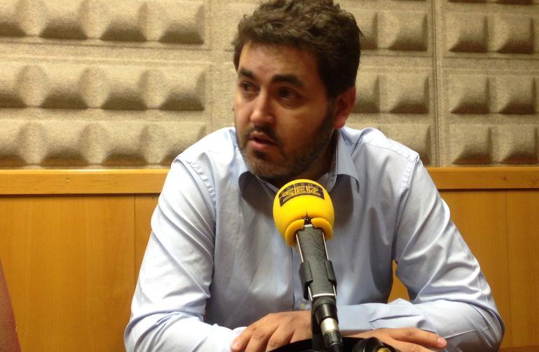 Jonás Fernández en los estudios de Radio Asturias- SER