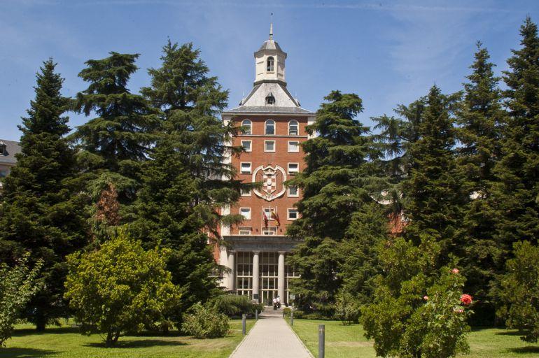 Fachada del edificio del rectorado de la universidad Complutense de Madrid
