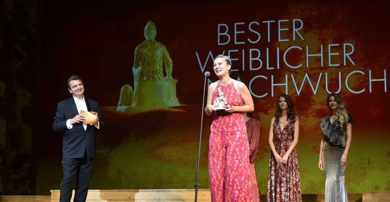 La mezzosoprano Anna Brull en el moment de rebre el premi.