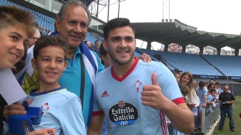 Maxi Gómez posa con aficionados del Celta en su presentación