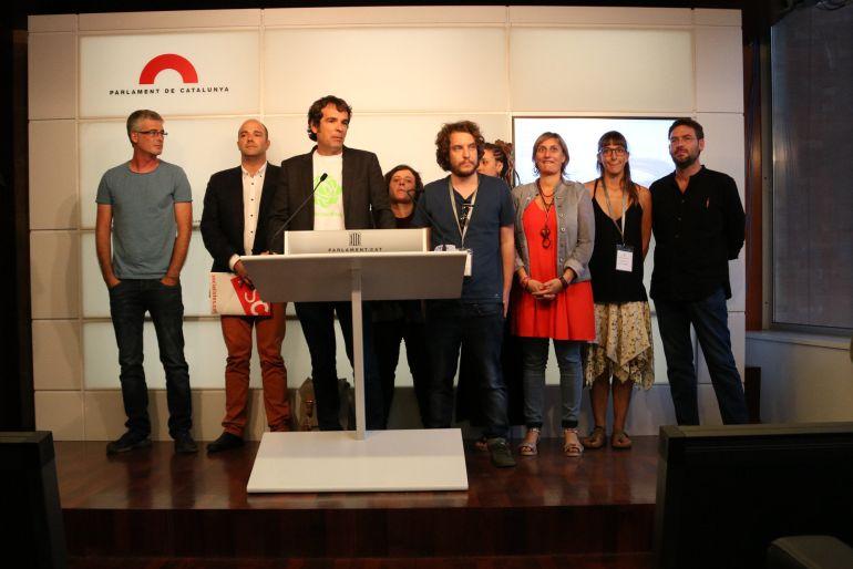 Imatge general dels impulsors de la ILP d'associacions de cànnabis amb representants dels grups parlamentaris que hi han donat suport.