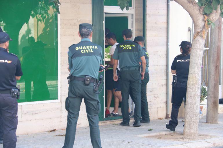 Pla general d'agents de la Guàrdia Civil i la Policia Nacional escorcollant un club cannàbic d'Amposta en l'operació contra el tràfic de droga que es fa en diverses localitats del Montsià. Imatge del 28 de juny de 2017 (horitzontal)