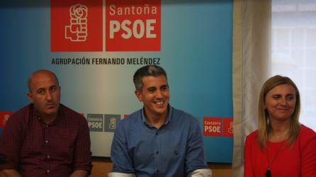 Pablo Zuloaga en un acto en la sede del PSOE en Santoña.