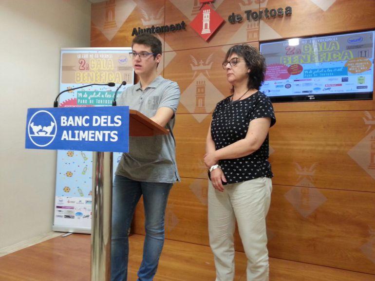El coordinador del Banc d'Aliments a les Terres de l'Ebre, Òscar Ologaray; i la regidora de l'Ajuntament de Tortosa Maria Jesús Viña, en un moment de la presentació de la gala benèfica.