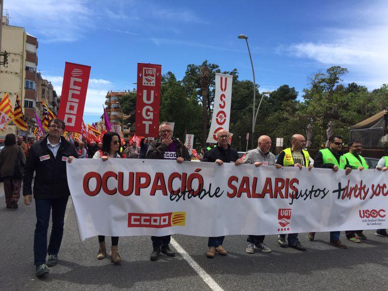 Imatge de la capçalera de la manifestació del passat 1 de maig a Tortosa, amb representants dels tres principals sindicats ebrencs.