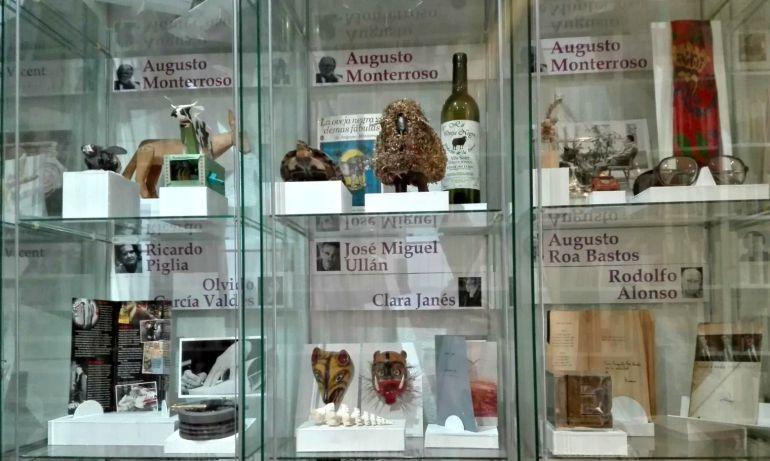 Vitrinas con los objetos personales de varios escritores de habla hispana