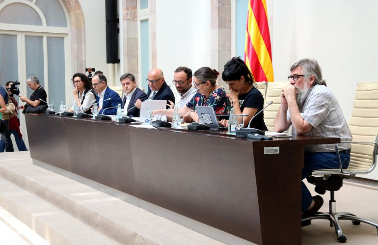 Los diputados de Junts pel Sí (al fondo) y de la CUP que han presentado el proyecto de ley de referéndum de autodeterminación de Cataluña