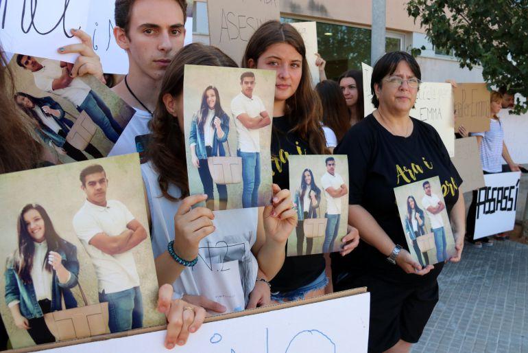 Pla detall dels concentrats davant dels jutjats d'Amposta, amb pancartes reclamant justícia per la mort dels joves.
