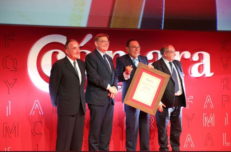 Ximo Puig, president de la Generalitat, le entrega la Medalla de Oro y Brillantes de la Cámara de Comercio a José Enrique Garrigós