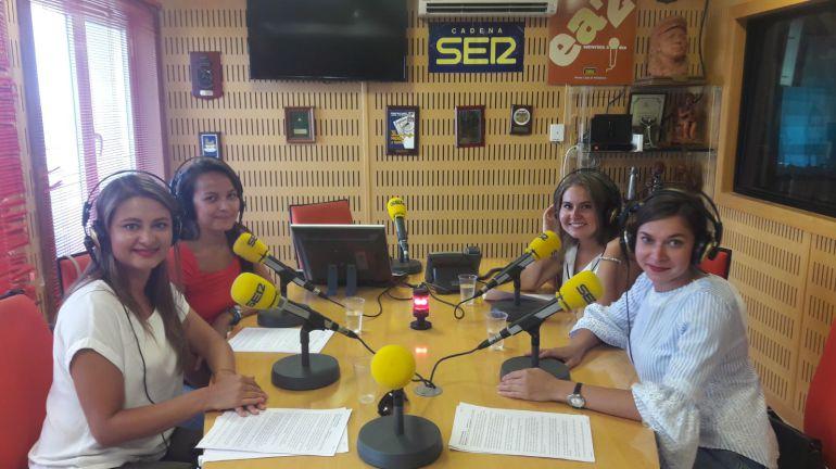 Alumnas bielorrusas y kazajas de la UCA en el estudio de Radio Cádiz