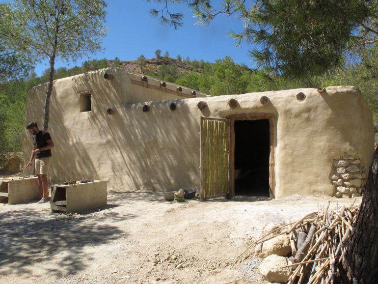 Reconstrucción de una vivienda argárica en La Bastida (Totana)