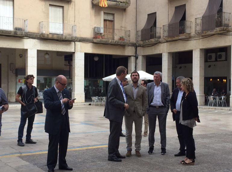 Al centre de la imatge, el conseller de Salut atenent les explicacions de l'alcalde de Tortosa, Ferran Bel, sobre l'entorn de la plaça de l'Ajuntament de la capital del Baix Ebre.