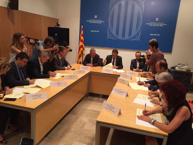 Un moment de la signatura del conveni de creació de la Taula de Mobilitat de les Terres de l'Ebre.