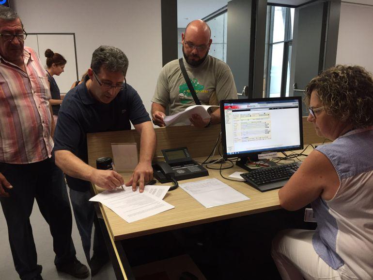 """Membres de la plataforma """"Prou. AP-7 gratuïta ja"""", presentant el recurs a les dependències de la delegació del Govern català a les Terres de l'Ebre."""