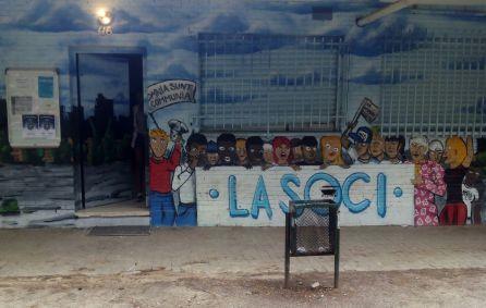 La fachada de la A.V. Manoteras es el trabajo de un grupo de grafiteros del barrio.