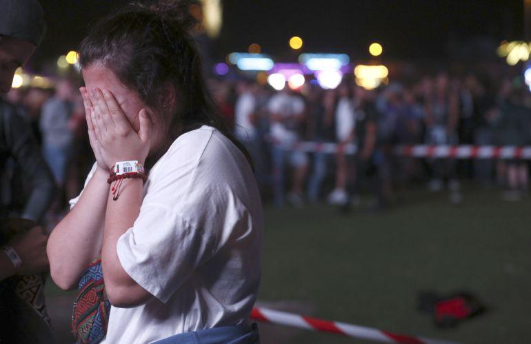 Una chica se lamenta del accidente sufrido por un acróbata que participaba en un espectáculo de entretenimiento.