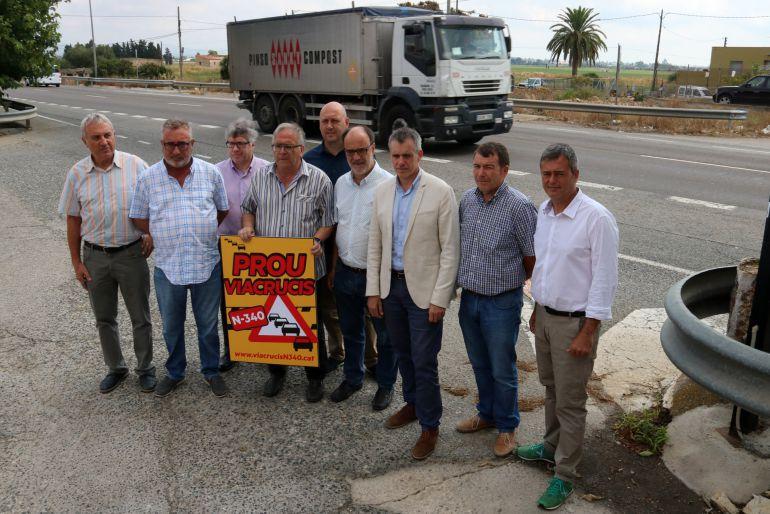 Pla general dels alcaldes i càrrecs d'ERC al costat de la carretera N-340, a l'altura d'Amposta.