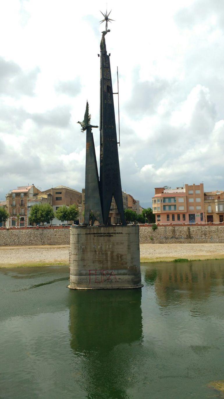 Imatge del monument, amb la pintada a la base de la pilastra, difosa per les xarxes socials per la Comissió per la Retirada dels Símbols Franquistes de Tortosa.
