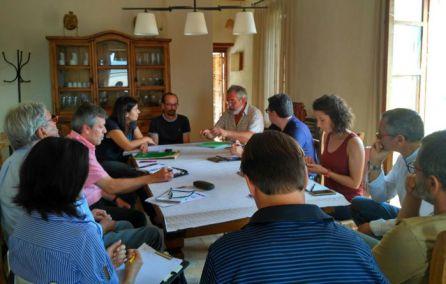 Un moment de la reunió mantinguda a Miravet per part d'administracions i regants per tractar la problemàtica del caragol massana.