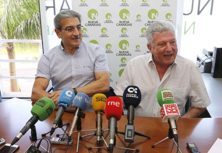 El presidente de Nueva Canarias, Román Rodríguez (i) y el diputado de este partido Pedro Quevedo (d) durante la rueda de prensa